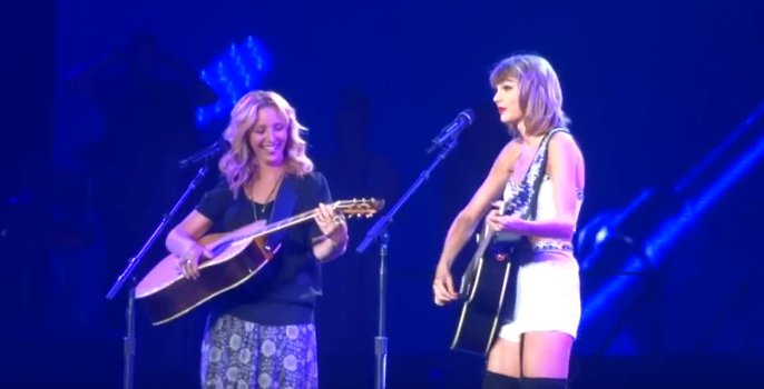 Taylor Swift duets with Phoebe Buffay to sing Smelly Cat
